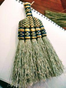 箒職人さんの手による出来立てホヤホヤの箒。洋服のほこりを払うのに使います。
